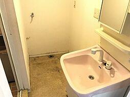 鏡付きの洗面台です。奥にはゆとりのある洗濯機スペースがございます。