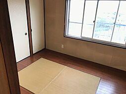 大きな窓が印象的な洋室です。日当たり良好です。
