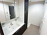 三面鏡つきの幅広な独立洗面台!収納付きなので、スキンケアやドライヤーも一気に済ませられます!