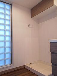 洗面所の壁には明かり取りのため、ガラスブロックが埋め込まれています