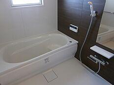追焚き機能付バスで、夜遅く帰ってきたご家族も暖かいお風呂でゆっくりと入浴できます。