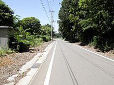 前面道路は約5.8mとゆったりしているので、駐車もしやすそうです。