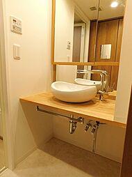シャワー付洗面化粧台。丸い洗面ボウルがポイントです。壁面収納もあり、使い易くなっています。