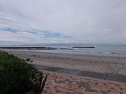 遠浅でキメの細かい砂浜と内海の海が目の前に広がります