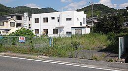 前は歩道、国道です。白の建物は広島市信用組合