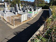 敷地北東側に墓地がございます