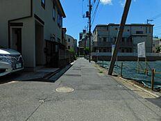 西側の幅7m道路に接しています。間口は10m以上あり、車の出し入れもラクラクです。