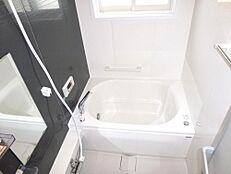 リフォーム後の浴室の画像です。ハウステック製の0.75坪タイプの新品に交換しました。コンパクトな浴槽なので水道代の節約になりますね。