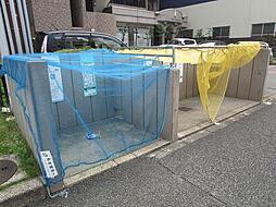 ゴミ捨て場はマンションの敷地内にあるので、忙しい朝には助かりますね。