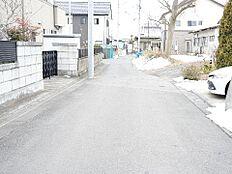 前面道路は幅員約6mと広く、開放感もあります。