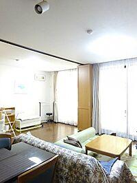 居間(高台にある1階住戸、南西向き三方角部屋につき日照・通風良好)