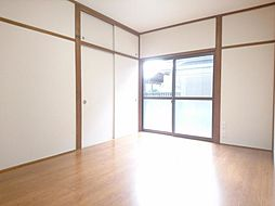 リフォーム済 1階6帖洋室 使い勝手を考えて和室から洋室に間取り変更しました。床はフローリングに張替、天井・壁もクロスで仕上げました。1帖分の収納のある独立したお部屋になりますので寝室としてもお使い頂