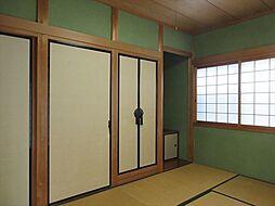 リビングに隣接した和室は、ライフステージに合わせた多用途な使い方が可能です。床の間は、掛け軸や季節のお花を飾るのも良いですね。