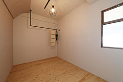 天井がアール仕上げで、落ち着く北側の洋室5.8帖でクロスはエッグパルプを使用してますので調湿機能もあります。