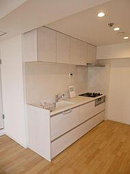 真っ白な壁式システムキッチン