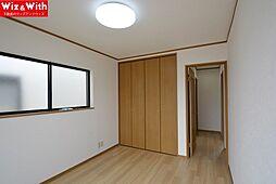 全居室6帖です。カーテンレールは付いていないので新たに設置が必要です。