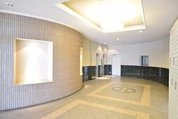 エントランス奥にはエレベーターが2基ついています。