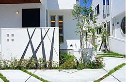住宅の個性と街並み全体の美しき調和にもこだわりを持っています。思わず目を惹く外観にはワンランク上の上質な生活が伺えます。(建物プラン例/建物価格2000万円、建物面積89.26m2)