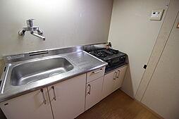 離れキッチン中華なべやフライパンも楽々洗えるゆったりシンクです。キッチン用品をしまえる収納付きが嬉しいですね。