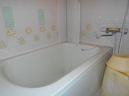 タイル貼りの在来工法による明るい浴室です