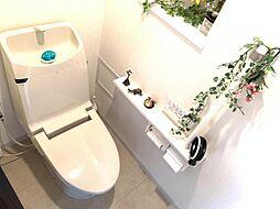 トイレには快適な温水洗浄便座付き。上部棚もあるので小物も整理整頓できます。