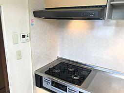 コンロ・レンジフードです。広々としたキッチンスペースがポイントです。