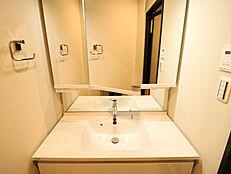 広々としたカウンタースペースは、タオルや化粧品、洗面用具などの一時置きに便利です