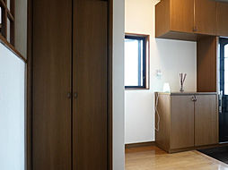 1階廊下にある収納スペースは、掃除グッズや、防災グッズなどの収納にもピッタリですね。また、玄関の近くにあるのは動線的にも。