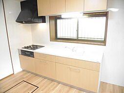 リフォーム済み。キッチンです。天井、壁のクロス、床はクッションフロアーに張り替えました。トクラス製の2550mmのシステムキッチンに新品交換しました。人工大理石の天板は長く美しさを保てます。