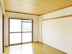 メゾンホワイトのベランダに面した明るい洋室