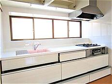キッチンは永大産業製のシステムキッチンを新設しました。3口コンロ、ワークトップは傷のつきにくい人造大理石、包丁差しや大きな鍋も洗いやすいシンクなど、嬉しい工夫が満載のキッチンです。