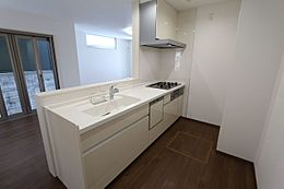 食器洗浄乾燥機を完備し、家事の負担を軽減。床下収納庫もございます。
