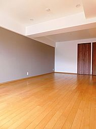 LDKは約18帖。無垢材のフローリングを使用した優しい室内です。