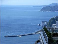 熱海港の防波堤が見えます。花火も綺麗に見えることでしょう。(ズームで撮影)