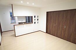 1階リビング 断熱・遮音性が高い石膏ボードを使用しております 玄関は断熱ドア、サッシはペアガラスで寒い冬も安心
