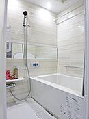 仕様イメージ  追い炊き機能・浴室乾燥機付きユニットバスです。雨の日でもしっかりお洗濯物を乾かせます