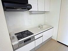 新設白色のキッチンはお手入れがしやすいトクラス製