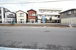 対面の歩道から撮影した写真です。前面道路の広さを感じていただけると思います。