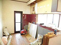 リフォーム中写真キッチンは既存のものを撤去し新しくシステムキッチンに交換予定です。天板とシンクを人工大理石製で一体成型になる予定です。現在解体中です。