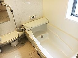 窓付で明るくゆったりサイズの浴室です。