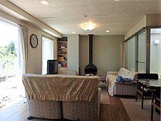 リビング:各居室に設置ある暖炉とライトコート。床はフローリングです。