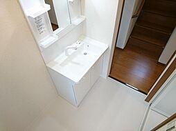リフォーム済 洗面脱衣室 洗面化粧台交換、床クッションフロアー張替、壁・天井クロス張替、照明器具交換 脱いだ衣服もポイとひと投げ 洗濯機に放り込んで浴室に直行できます